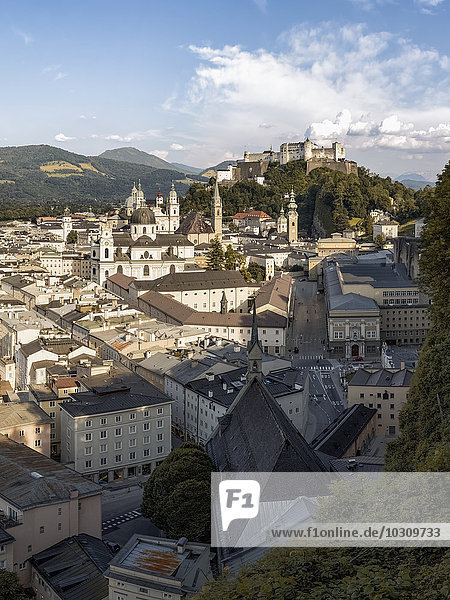 Österreich  Salzburg  Blick auf die Stadt mit Schloss Hohensalzburg im Hintergrund