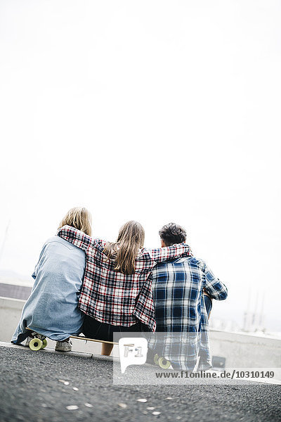 Drei Freunde beim Longboarding in der Stadt