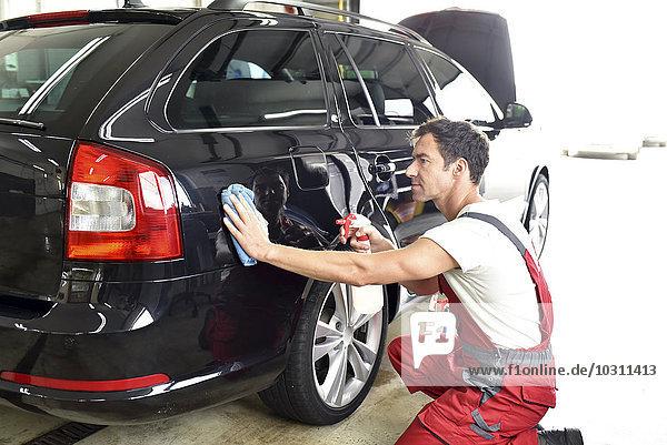 Autoreinigung  Mann Polieren Auto