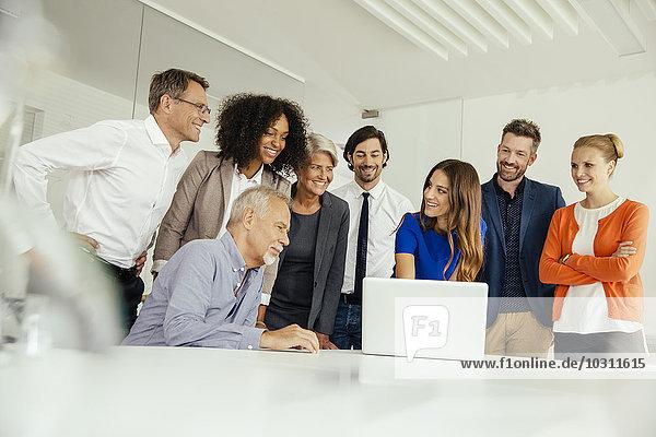 Geschäftsleute bei der Laptop-Präsentation im Konferenzraum