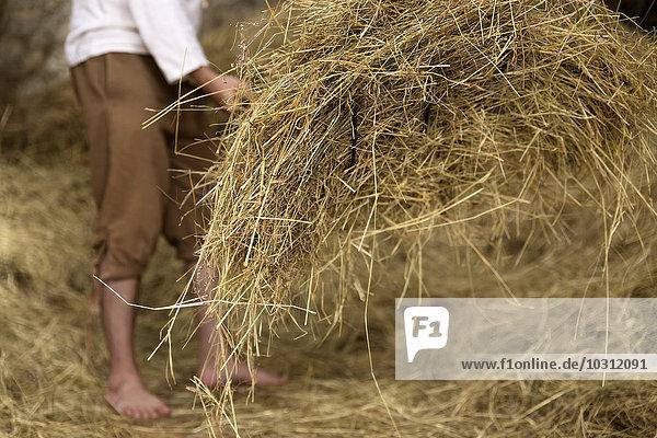 Landwirt bei der Arbeit im Stall