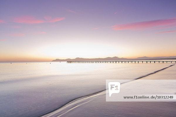 Spanien  Balearen  Mallorca  Fußgängerbrücke führt im Morgenlicht zum Meer.
