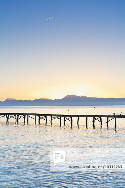 Spanien  Balearen  Mallorca  Steg bei Sonnenaufgang