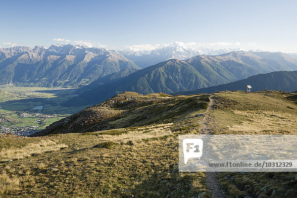 Italien  Südtirol  Watlesgebiet  Blick auf die Ortler Alpen und Mals