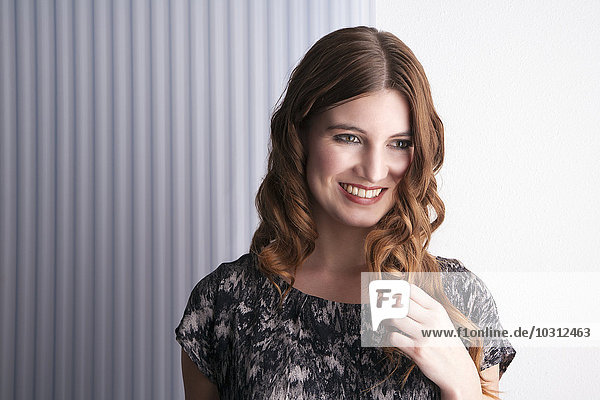 Porträt einer lächelnden Frau mit braunen Haaren