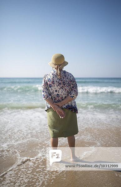 Spanien  Ferrol  Rückansicht einer älteren Frau am Strand