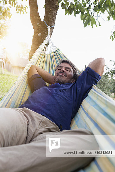 Entspannter reifer Mann in der Hängematte