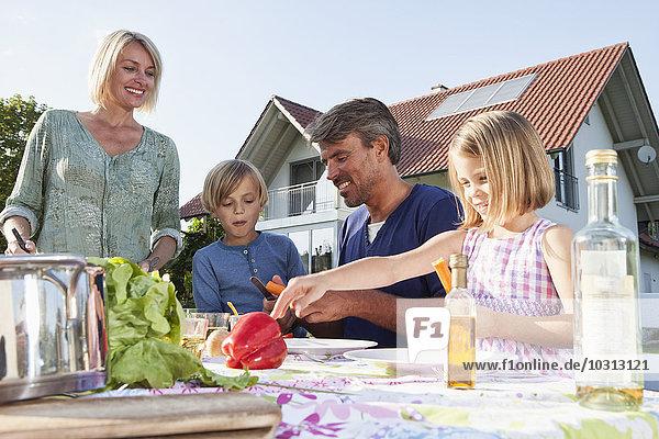 Familie beim Mittagessen im Garten