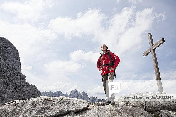 Deutschland  Bayern  Osterfelderkopf  Mann steht am Gipfelkreuz