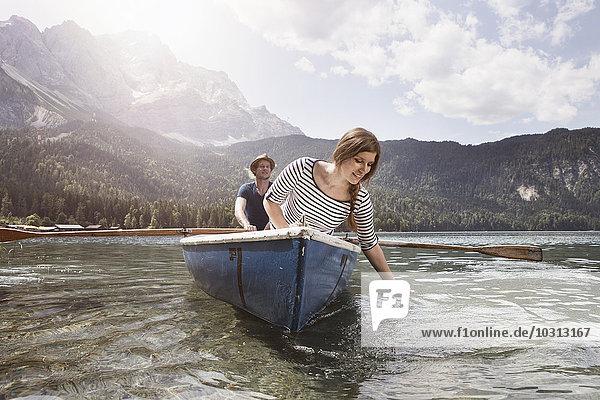 Deutschland  Bayern  Eibsee  Paar im Ruderboot auf dem See