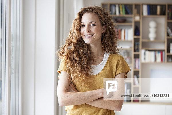 Porträt der lächelnden Frau zu Hause