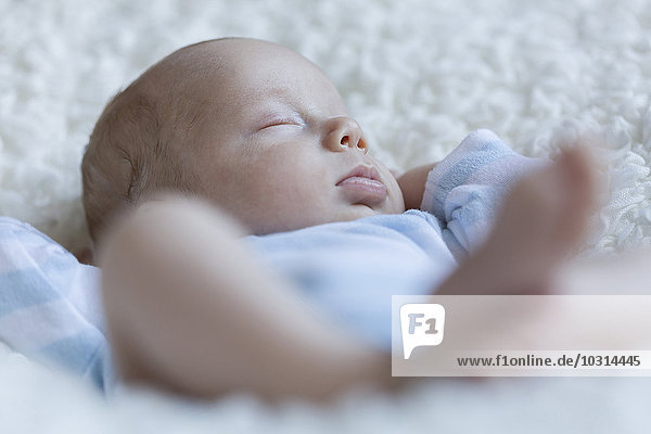 Schlafender neugeborener Junge Schlafender neugeborener Junge
