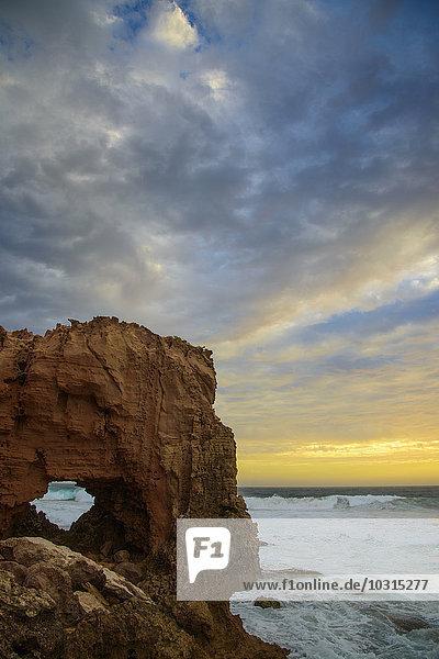 Australien  natürlicher Bogen bei Sonnenuntergang