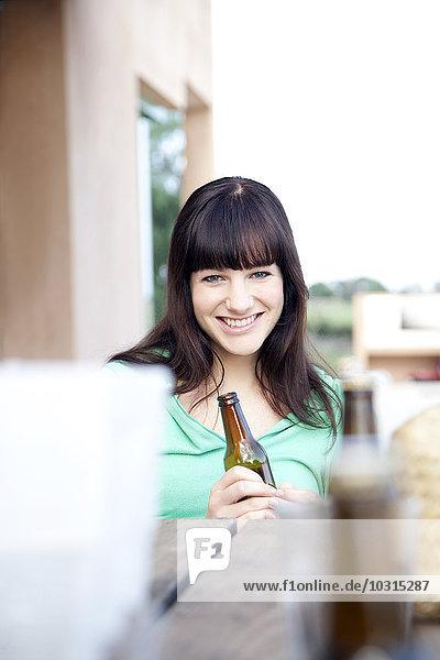 Fröhliche junge Frau beim Biertrinken Fröhliche junge Frau beim Biertrinken