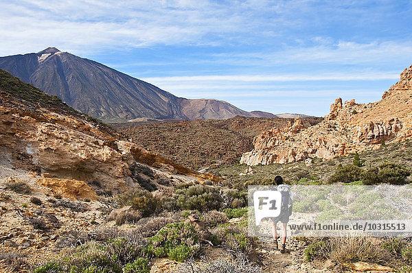 Spanien  Kanarische Inseln  Teneriffa  Roques de Garcia  Teide  Teide Nationalpark  Wanderin in der Caldera de las Canadas