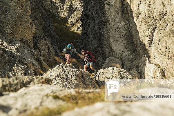 Österreich,  Tirol,  Tannheimer Tal,  junges Paar beim Felsenwandern