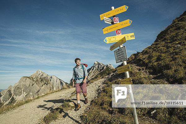 Österreich  Tirol  Tannheimer Tal  junger Mann auf Bergwanderweg