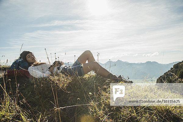 Österreich  Tirol  Tannheimer Tal  junger Wanderer beim Ausruhen