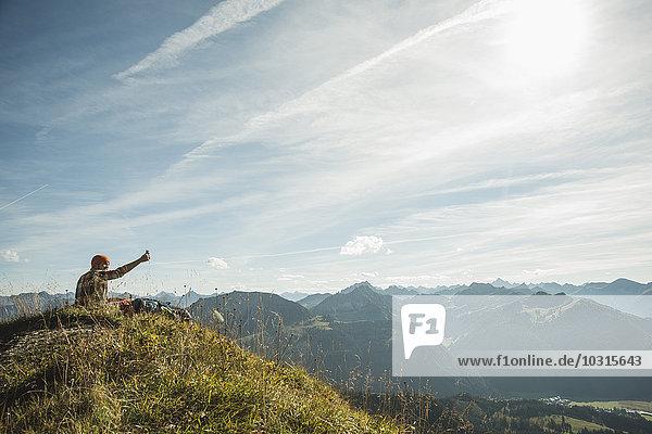 Österreich  Tirol  Tannheimer Tal  junger Mann  der sich selbst in die Bergwelt begibt