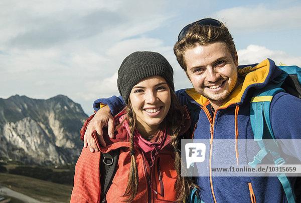 Österreich  Tirol  Tannheimer Tal  Portrait eines lächelnden jungen Paares