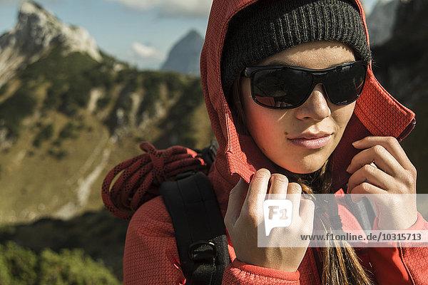 Österreich  Tirol  Tannheimer Tal  Wanderin mit Sonnenbrille