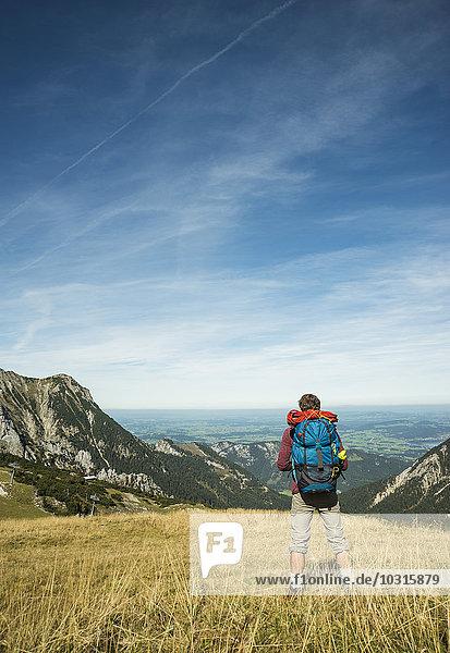 Österreich  Tirol  Tannheimer Tal  junger Wanderer im Blickfeld
