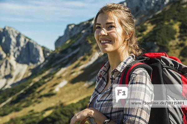 Österreich  Tirol  Tannheimer Tal  lächelnde junge Frau auf Wanderung