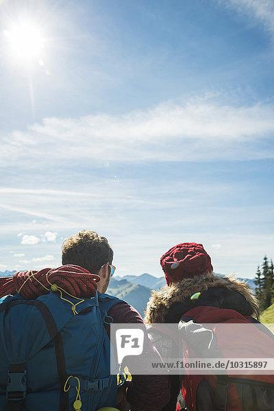 Österreich  Tirol  Tannheimer Tal  junges Paar in den Bergen mit Blick auf die Berge