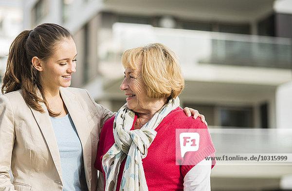 Lächelnde Enkelin und ihre Großmutter