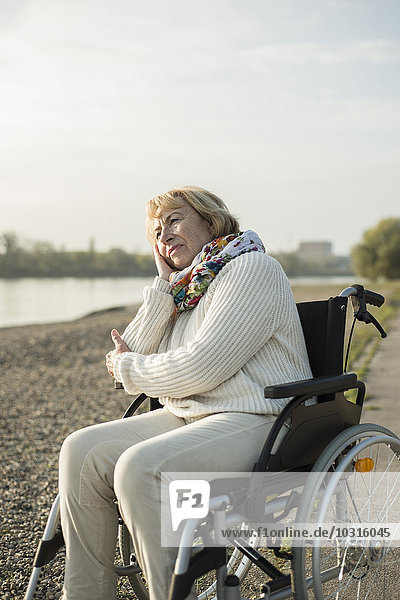 Seniorin im Rollstuhl sitzend