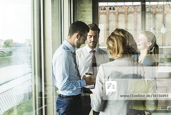 Geschäftsleute reden am Fenster