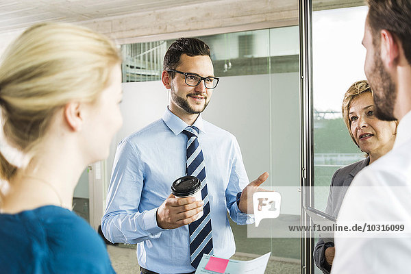 Geschäftsleute sprechen im Büro