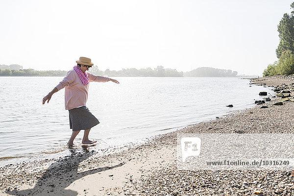 Deutschland  Ludwigshafen  Seniorin beim Verlassen des Rheins