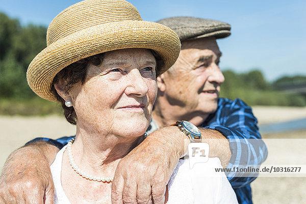 Seniorenpaar entspannt am Flussufer
