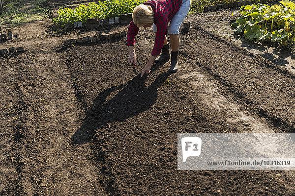 Seniorin bei der Arbeit im Garten