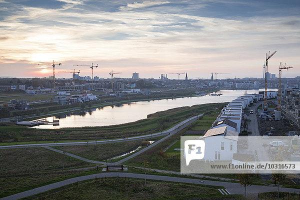 Deutschland  Nordrhein-Westfalen  Dortmund-Hörde  Phoenix See  Entwicklungsgebiet am Abend