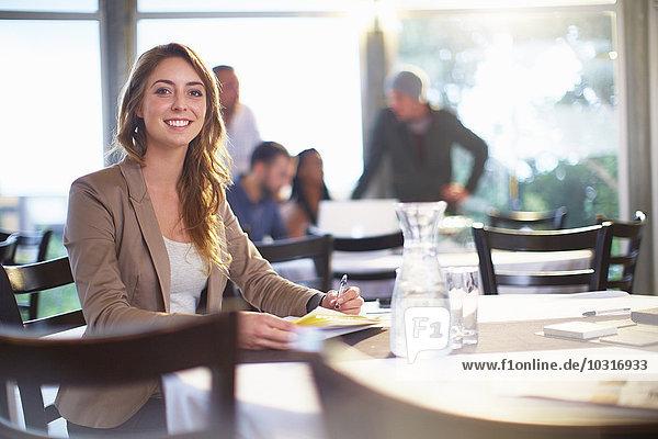 Porträt einer lächelnden Geschäftsfrau im Restaurant