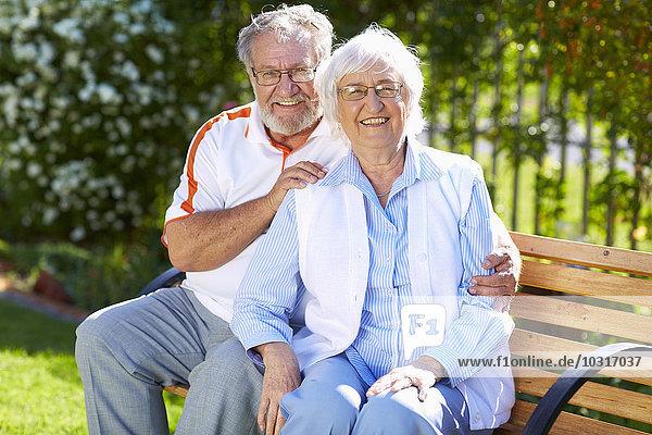 Glückliches Seniorenpaar auf der Parkbank