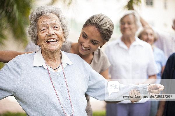 Glückliche Seniorin in einem Senioren-Dorf
