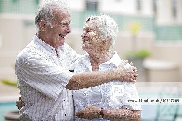 Glückliches Seniorenpaar in einem Senioren-Dorf
