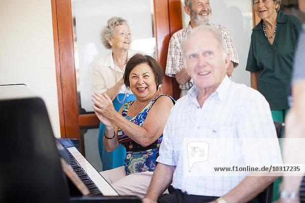 Senioren musizieren in einem Senioren-Dorf
