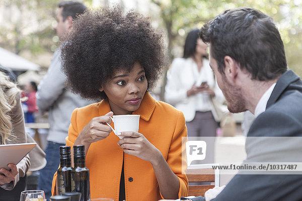 Zwei Kollegen im Outdoor-Café im Gespräch Zwei Kollegen im Outdoor-Café im Gespräch