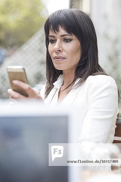 Frau sucht auf dem Handy Frau sucht auf dem Handy