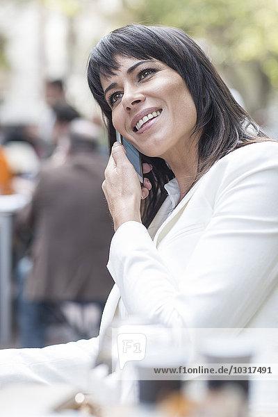 Lächelnde Frau am Handy Lächelnde Frau am Handy
