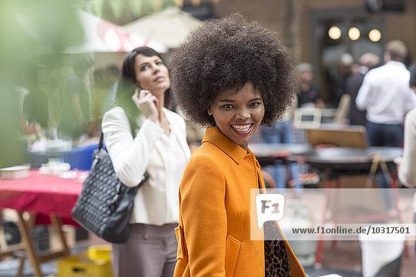 Porträt einer lächelnden Frau in der Stadt Porträt einer lächelnden Frau in der Stadt