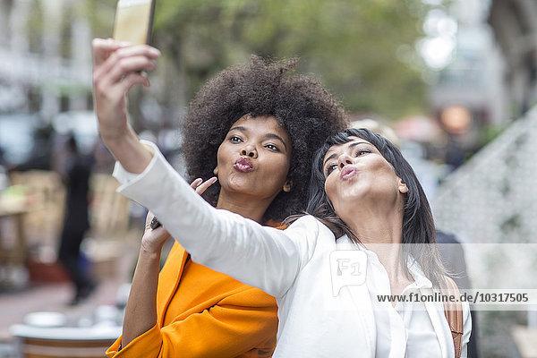 Zwei Freunde  die für einen Selfie posieren. Zwei Freunde, die für einen Selfie posieren.