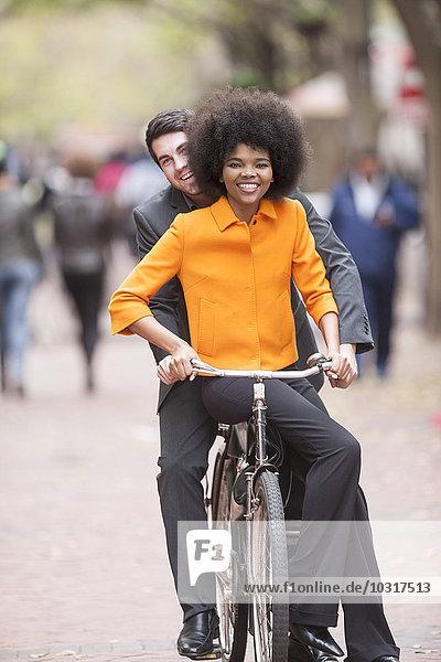 Glückliches Paar beim Fahrradfahren in der Stadt Glückliches Paar beim Fahrradfahren in der Stadt