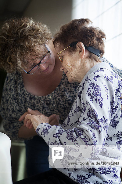 Freundschaft Lebensphase Familie - Mensch Hilfe Krankheit Mensch Nostalgie Kommunikation Bewegung Sport Schmerz Tochter Aktion täglich identifizieren Aggression 10 Alzheimer alt