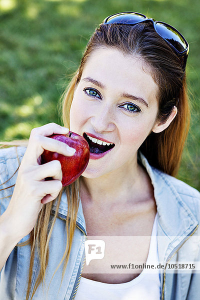 Frau Apfel essen essend isst