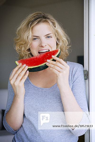 Frau Wassermelone essen essend isst